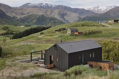 Threepwood Residence designed by Team Green Architects Modern Barn House, Modern Cabins, Rural House, Shed Homes, Tiny House Design, Cabins In The Woods, Cabana, Cladding, Black House