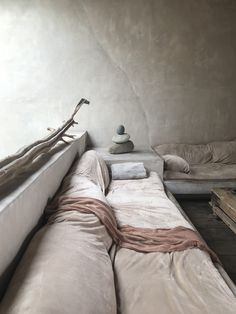 Beautiful place to be. The build in sofa, fantastic patina and vintage look, t. Wabi Sabi, Casa Wabi, Minimalism Living, Dixon Homes, Built In Sofa, Cozy Sofa, Natural Interior, Décor Boho, Home Comforts