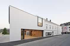Nature and Contemporary Ottensheim Open Municipal Hall In Ottensheim, Austria Eckhaus, Space Place, Town Hall, Interior Architecture, Contemporary, Mansions, House Styles, Places, Outdoor Decor
