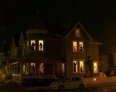 Haus zu Halloween dekorieren mit spukhaften Fensterbildern