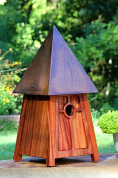 Mahogany takes a turn for the musical in this Frank Lloyd Wright-inspired design. Perfectly pitched roof of brown copper patina harmonizes happily with the clean Prairie-style lines of the house. x 9 square 199 Birdhouse Designs, Birdhouse Ideas, Bird Houses Diy, Clay Houses, Fairy Houses, Bird House Kits, Bird Aviary, Mahogany Brown, Construction Design