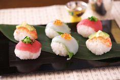 まぐろ・えび・イカの定番の具を使った手まり寿司の作り方です。管理栄養士のこばたてるみさんのレシピ。