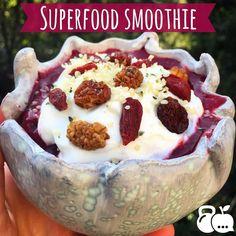 """Miércoles de smoothie! Licuado de blueberries y fresas  con stevia  y una cucharada de yogurt griego sin azúcar  con topping semillas de hemp y otro tipo de """"berries"""" deshidratadas  mulberries goji berries y golden berries una bolsita que conseguí en @innata.mx  me encantaron  es un desayuno lleno de antioxidantes  mucha fibra  y proteína  #eathealthy #eatclean #healthyeating #enjoyfood #saludable #come #comesano #comebien #saludable #iinhealthcoach #healthcoach #workout #desayunofit…"""