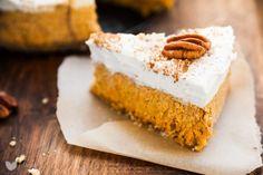 Totalny odjazd, surowe ciasto marchewkowe! Bez dziwacznych składników, w pełni zdrowe i pyszne. Nic tyko zabierać się za marchewkę ;) Uwielbiam ciasta, których nie trzeba piec. Takim przykładem jest sernik jaglany. W tym przepisie na ciasto marchewkowe jednak nie trzeba nawet… Read More Raw Carrot Cakes, Cashew Cream, Sweet Cakes, Cupcake Cookies, Cupcakes, Raw Food Recipes, Vanilla Cake, Sweet Tooth, Sweet Treats
