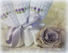 Lavanda e Lillà: Tutorial Cestino con Lavette Vide Poche, Tableware, Gifts, Bags, Baby Doll Clothes, Fabric Basket, Towel Holders, Decorative Towels, Face Towel