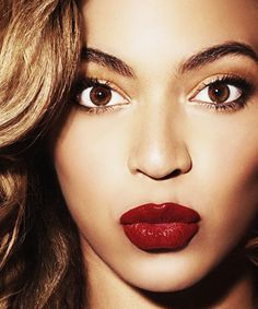 Beyonce pairs soft gold & brown eyeshadow with a strong red lip
