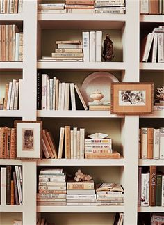 Laurel Bern, an interior designer in Bronxville, NY shares ideas for kitchen shelf styling. Laurel Bern Interiors, 31 Pondfield Rd W. Mantel Styling, Bookshelf Styling, Bookshelf Decorating, Interior Decorating, Home Libraries, Book Nooks, Reading Nooks, Home Design, Clean Design