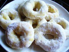 Rosquinha de pinga! Ingredientes:  - 2 ovos  - 200 ml de leite  - 200 ml de cachaça  - 130 ml de óleo  - 2 colheres (sopa) de manteiga em temperatura ambiente  - 190 g de açúcar  - 1 colher (sopa) de fermento em pó  - Farinha até dar ponto (cerca de 900g ) Cobertura: Açúcar de confeiteiro Cachaça