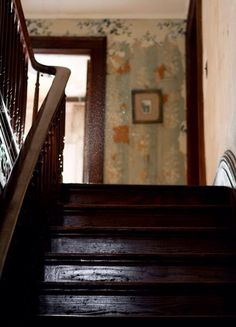 Home Interior Velas Old farmhouse stairs. That railing is beautiful! Country Life, Country Living, Cottage Living, Farmhouse Stairs, Farmhouse Interior, Farmhouse Furniture, Vie Simple, Halls, Boarding House