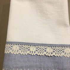 Pano de prato de saco alvejado branco com barrado xadrez azul e branco e renda branca tudo 100% algodão, bem acabado e resistente