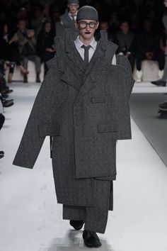Thom Browne Fall/Winter 2017 collection during Paris Fashion Week. Fashion Fail, Weird Fashion, Fashion Show, Mens Fashion, Fashion Design, Paris Fashion, Vogue Paris, Cubism Fashion, Deconstruction Fashion