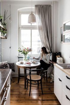 Küchen Design, Home Design, Small Apartments, Small Spaces, Kitchen Views, Bohemian House, Apartment Living, Apartment Kitchen, European Apartment