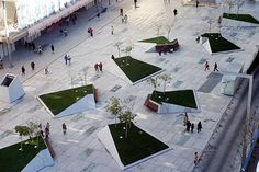 Descubrimos la Plaza de Dalí de Madrid - The ratio of growies to concrete pavement here is about 1;15 . . .  A ratio of 15:1 would be make this project a little more like an outdoor living room and less like an outdoor bathroom.