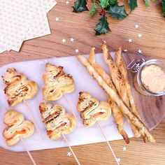 Christmas aperitif: crisp fir trees with smoked salmon and tasty rillettes. Christmas Appetizers, Christmas Cookies, Noel Christmas, Easy Smoothie Recipes, Snack Recipes, Snacks Für Party, Snacks Pizza, Xmas Food, Pesto Recipe