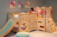 chambre pour enfant avec un lit en bois brut et déco originale