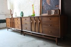 Beautiful sculpted arch support emulates the organic flow of this sexy set. Design nirvana times two! Mid Century Modern Design, Mid Century Modern Furniture, Midcentury Modern, Mcm Furniture, Vintage Furniture, Scandinavian Home Furniture, Modern Buffets And Sideboards, Mid Century Bar Cabinet, Vintage Sideboard