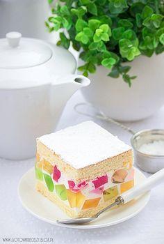 Po ciężkich, świątecznych ciastach pora na coś lekkiego (również dla portfela :)). To efektownie ciasto spodoba się zarówno wielbicielom ciast niezbyt słodkich