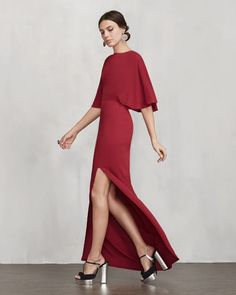 Vestido largo y ajustado en color rojo con cuerpo y mangas capa, y espalda abierta, de Reformation.