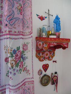 Konsole an der Wand. Kleiner Altar für zB Schlafzimmer.
