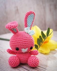 Guten morgen ihr Lieben! Gestern war ein wunderschöner Tag zunächst war ich mit @mlle_fleurelle auf der Kreativmesse und anschließend sind liebe Bekannte zum Grillen gekommen. Hasi ist gestern auch fertig geworden damit er nicht ganz so Pink ist gab es blaue Innenöhrchen. Ich bin gespannt was der Tag heute für uns bereit hält. Jetzt geht es erst einmal ab zum Spielplatz. Genießt den Sonntag! . #häkelnisttoll #häkelnmachtglücklich #häkelnmachtspass #häkeln #amigurumi #amigurumis #chrochet…
