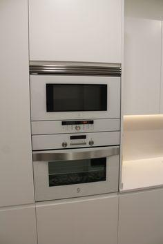 Columna horno/microondas en blanco. Persiana en blanco.   Cocinas ...