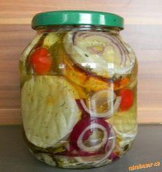 První si uděláme směs. Z prolisovaného česneku,paprik,sůl,olej. Uděláme takovou kaši. Rozřežem... Czech Recipes, Salty Foods, Kimchi, Preserves, Food Art, Vinegar, Cucumber, Hamburger, Food To Make