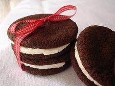 cookies de chocolate com recheio de baunilha