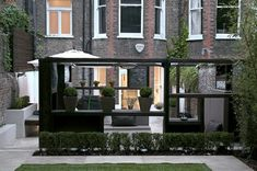 moderne gartengestaltung pergola schwarz dekorative pflanzen