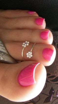 Showing off a PRETTY mani along side a petite floral ring ❤️❤️❤️❤️❤️ stylish gorgeous glam natural nail art design tutorial polish manicure gel painting creative color paint toenails sexy feet Toe Nail Color, Toe Nail Art, Nail Colors, Nail Nail, Hippie Mode, Hippie Style, Pretty Toe Nails, Pretty Toes, Nice Toes