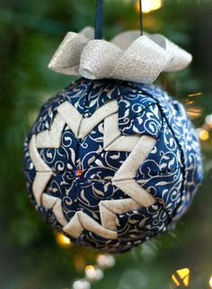 Christmas DIY: Another quilted ball Another quilted ball ornament tutorial - with a hint to help keep things centered. Quilted Christmas Ornaments, Christmas Sewing, Diy Christmas Ornaments, Christmas Crafts, Christmas Tree, Ornament Pattern, Ornament Tutorial, Homemade Ornaments, Homemade Christmas