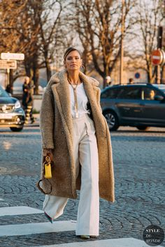 Haute Couture Spring 2020 Street Style: Helena Bordon, Haute Couture Spring 2020 Street Style: Helena Bordon Helena Bordon between the fashion shows. Street Look, Street Chic, Street Style Looks, Autumn Street Style, Paris Street, Spring Outfits Women, Winter Outfits, Helena Bordon, Couture Vintage