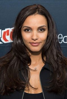 Jessica Lucas at Comic-Con: get her daytime makeup for brunettes! Jessica Lucas, Nick Zano, Heather Locklear, Crystal Reed, Beautiful Celebrities, Beautiful Actresses, Beautiful Females, Carrie, Brunette Makeup