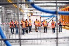 Bewoners bekijken woning in de fabriek http://www.woonbedrijfinbeeld.com/index.php/portfolio/bewoners-bekijken-woning-in-de-fabriek #Woonbedrijf