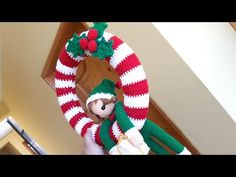 Como Tejer Corona Navideña Y Sujetador Colgador - YouTube Christmas Wreaths, Christmas Crafts, Christmas Decorations, Christmas Knitting, Door Wreaths, 4th Of July Wreath, Knit Crochet, Miniatures, Easter