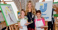 Fergie pinta quadro em Los Angeles em apoio a projeto com crianças A cantora diz que ter se tornado mãe a deixou mais preocupada com o planeta