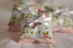 Sachê perfumado almofadinha, com pingente decorativo podendo ser alterado cores e estampas .