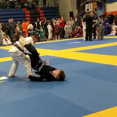 Kids on the BJJ mat, beautiful jiu jitsu transition to BJJ kimura submission. Martial Arts Workout, Martial Arts Training, Boxing Workout, Self Defense Moves, Self Defense Martial Arts, Taekwondo, Karate, Boxe Mma, Jiu Jitsu Moves