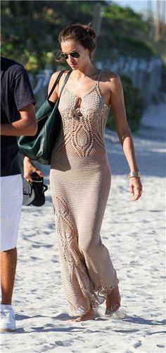 Как связать стильное пляжное платье крючком с ананасами как у голливудских звезд: подборка схем и узоров вязания. Открытая спина, полупрозрачное вязаное полотно, лиф, подчеркивающий зону декольте это все создано для того чтобы привлечь внимание.