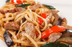 Beef and ginger noodle stir-fry via MyFamily. Vegetable Stir Fry, Broccoli Beef, Frozen Meals, Stir Fry Recipes, Easy Dinner Recipes, A Food, Fries, Healthy Kids, Noodle