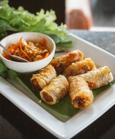 ปอเปี๊ยะทอด เมนูมาตรฐานที่ต้องสั่งมันทุกที ที่นี่เค้าใช้แป้งแหนมเนืองห่ออย่างที่เราชอบ กรอบบางไม่อมน้ำมัน ไส้มีรสชาติในตัว #น้ำจิ้มดี #ไม่หวานเว่อร์  #ChaGio or deep fried spring roll is one of our favourite #Vietnamese dish where we can tell whether that restaurant is a must or a no. And this one is a #YES ✔️