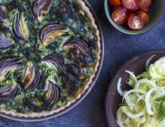 Grøntsagstærter er både nemme at lave og smager altid godt! Prøv denne opskrift på en skøn spinattærte med hytteost, søde rødløg på toppen og en sprød bund.