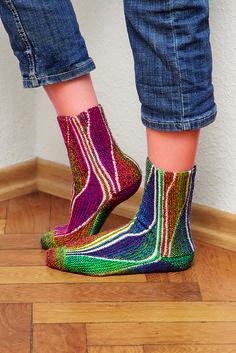 Ravelry: Drachengesang pattern by Heidrun Liegmann - short-row (swing) knitting socks Crochet Socks, Knitted Slippers, Wool Socks, Slipper Socks, My Socks, Knit Mittens, Knitting Socks, Hand Knitting, Knit Crochet