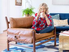 3 Expert Tips From Emily Henderson: Shopping flea markets, decorating shelves and arranging flowers. I actually saw her at the Rose Bowl Flea Market last year! There are some great finds there! Brown Leather Chairs, Hgtv Star, Design Blog, Design Styles, First Home, My Dream Home, Dream Homes, Decoration, House Colors