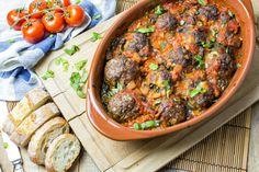 Gevulde gehaktballetjes met mozzarella in een tomatensaus