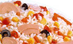 se cuece 20 minutos el arroz se escurre y se pasa por agua fria seguidamente cortas le aceitunas el pimiento y troceas el atun y lo mezclas con el arroz  ,salpimentar ,echar aceite y sal y listo