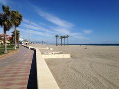 Roquetas de mar - la playa - The beach - het strand in februari nog geen strandstoelen wel volop zon