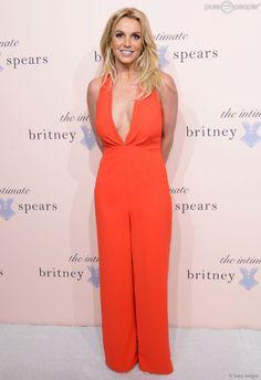 Britney Spears também apostou no modelito reto e discreto para lançar a sua linha de lingerie em Nova York, nos Estados Unidos. O macacão laranja suavisou as curvas da estrela que já exibiu a silhueta acima do peso em outros eventos