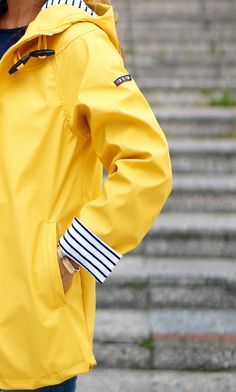 CON DOS TACONES: YELLOW RAINCOAT