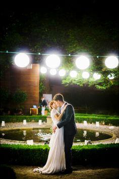 Um casamento inspirador em Matosinhos. #casamento #realwedding #Portugal #Matosinhos #noivos #beijo #noite #lago #baloes #luzes #velas