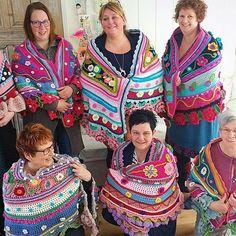 Crochet workshop shawls, wraps and bags - Adinda's World - Official website of Adinda Zoutman Crochet Afghans, Crochet Poncho Patterns, Crochet Shawls And Wraps, Crochet Hooded Scarf, Crochet Scarves, Crochet Yarn, Crochet Clothes, Crochet Triangle, Form Crochet